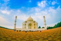 Agra Indien - September 20, 2017: Den härliga sikten av Taj Mahal, är envit marmormausoleum på den södra banken Arkivbilder