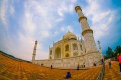 Agra Indien - September 20, 2017: Den härliga sikten av Taj Mahal, är envit marmormausoleum på den södra banken Arkivfoto