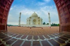 Agra Indien - September 20, 2017: Den härliga sikten av Taj Mahal till och med en enorm dörr, är envit marmor Royaltyfria Bilder