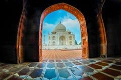 Agra Indien - September 20, 2017: Den härliga sikten av Taj Mahal till och med en enorm dörr, är envit marmor Arkivbild