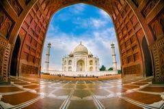 Agra Indien - September 20, 2017: Den härliga sikten av Taj Mahal till och med en enorm dörr, är envit marmor Arkivfoton