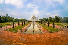 Agra Indien - September 20, 2017: Det oidentifierade folket som går och tar bilder av den härliga Taj Mahal, är Royaltyfria Bilder