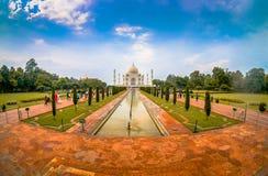Agra Indien - September 20, 2017: Det oidentifierade folket som går och tar bilder av den härliga Taj Mahal, är Royaltyfri Foto