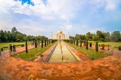 Agra Indien - September 20, 2017: Det oidentifierade folket som går och tar bilder av den härliga Taj Mahal, är Arkivbild
