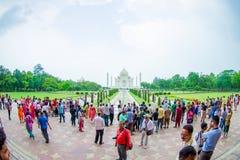 Agra Indien - September 20, 2017: Det oidentifierade folket som går och tycker om den härliga Taj Mahal, är envit Royaltyfri Foto