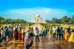 Agra Indien - September 20, 2017: Det oidentifierade folket som går och tycker om den härliga Taj Mahal, är envit Royaltyfria Foton