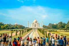 Agra Indien - September 20, 2017: Det oidentifierade folket som går och tycker om den härliga Taj Mahal, är envit Royaltyfria Bilder