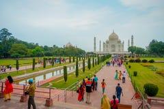 Agra Indien - September 20, 2017: Det oidentifierade folket som går och tycker om den härliga Taj Mahal, är envit Arkivfoto