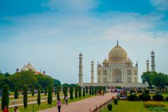 Agra Indien - September 20, 2017: Det oidentifierade folket som går och tycker om den härliga Taj Mahal, är envit Arkivfoton