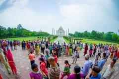 Agra Indien - September 20, 2017: Det oidentifierade folket som går och tycker om den härliga Taj Mahal, är envit Arkivbilder
