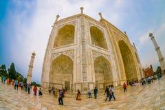Agra Indien - September 20, 2017: Det oidentifierade folket som nära går av den Taj Mahal byggnadsstrukturen, är ett elfenben Arkivfoton