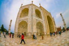 Agra Indien - September 20, 2017: Det oidentifierade folket som nära går av den Taj Mahal byggnadsstrukturen, är ett elfenben Royaltyfri Foto