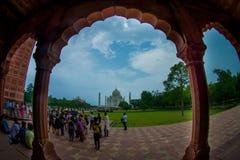 Agra Indien - September 20, 2017: Folkmassa av folk som går på det fria med en härlig sikt av Taj Mahal till och med a Royaltyfri Bild