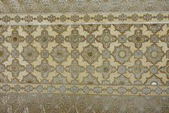 Agra Indien - September 20, 2017: Forntida sniden blomma på marmor och speglar i Hall av tusentalsspeglar, Amber Fort Arkivbild