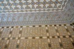Agra Indien - September 20, 2017: Forntida sniden blomma på marmor och speglar i Hall av tusentalsspeglar, Amber Fort Royaltyfri Bild