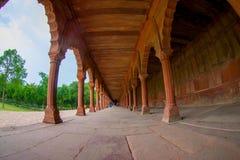 Agra Indien - September 20, 2017: Härlig sikt av en asfull bana med kolonner i rad inom av en byggnad på utomhus Royaltyfri Bild