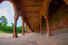 Agra Indien - September 20, 2017: Härlig sikt av en asfull bana med kolonner i rad inom av en byggnad på utomhus Arkivfoto