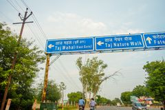 Agra Indien - September 20, 2017: Informativt tecken med vitord i en blå bakgrund av ubicationen av städer i Agra Royaltyfri Fotografi