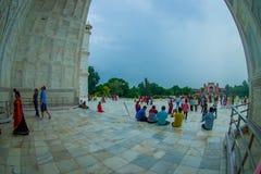 Agra Indien - September 20, 2017: Oidentifierat folk som går, tar bilder och sitter på skriva in av det härligt Royaltyfri Fotografi