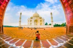 Agra Indien - September 20, 2017: Oidentifierat kvinnasammanträde i golvet och tycka om den härliga sikten av Tajen Royaltyfri Fotografi