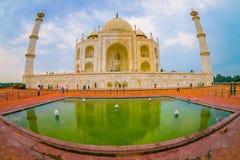 Agra Indien - September 20, 2017: Taj Mahal är envit marmormausoleum på den södra banken av den Yamuna floden Royaltyfri Bild