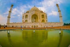 Agra Indien - September 20, 2017: Taj Mahal är envit marmormausoleum på den södra banken av den Yamuna floden Arkivbild