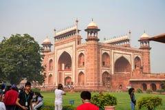 AGRA, LA INDIA - CIRCA NOVIEMBRE DE 2017: Puerta septentrional de Taj Mahal en Agra en la India imagenes de archivo