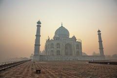 Agra, la India Complejo de mármol blanco de Taj Mahal con los alminares y wa fotos de archivo
