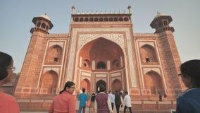 Agra, la India - 12 de diciembre de 2018: El complejo de los edificios de Taj Mahal en la ciudad de Agra almacen de metraje de vídeo