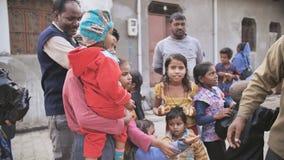 Agra, la India - 12 de diciembre de 2018: Invitaciones del plátano para los niños de áreas pobres de la ciudad de Agra almacen de metraje de vídeo