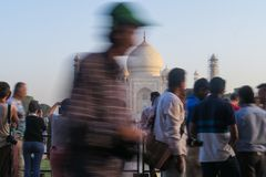 Agra/la India - 20 de marzo de 2017, muchos turistas delante de Taj Mahal foto de archivo libre de regalías