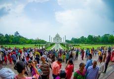 Agra, la India - 20 de septiembre de 2017: La gente no identificada que camina y que goza de Taj Mahal hermoso, es una marfil-bla Imagen de archivo