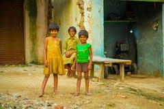 Agra, la India - 20 de septiembre de 2017: Retrato de niños, llevando una blusa sucia amarilla y una camiseta y un marrón verdes Fotos de archivo