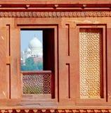 agra mahal taj Sikt från det Agra fortet Arkivbilder