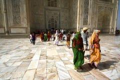 AGRA 30 MAJ: Ludzie w terenie Taj Mahal, jeden Siedem cudów świat Obrazy Royalty Free
