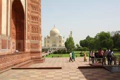AGRA 30 MAJ: Ludzie w terenie Taj Mahal, jeden Siedem cudów świat Fotografia Royalty Free