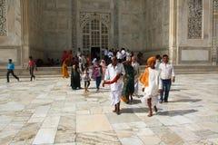 AGRA 30 MAJ: Ludzie w terenie Taj Mahal, jeden Siedem cudów świat Zdjęcia Stock