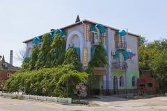` Agradável da reunião do ` do hotel na rua de Belinsky em Evpatoria, Crimeia Imagens de Stock