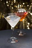 Agradável do cocktail de Manhattan e de Martini decorado fotografia de stock