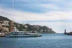 Agradável, França, em março de 2019 Mar dos azuis celestes, iate, farol Portuário e estacionamento de iate privados em agradável  fotografia de stock royalty free