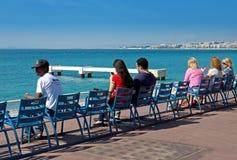 Agradável - os povos sentam-se em cadeiras Fotografia de Stock Royalty Free