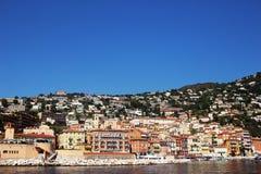 AGRADABLE, FRANCIA - CIRCA 2016: El puerto de Villefranche en Niza, ésta es un puerto popular del barco de cruceros fotografía de archivo