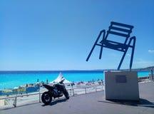Agradable/Francia - 25 de julio de 2017: El monumento de una silla del metal fotografía de archivo