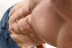Agradecimentos da imprensa do ` s dos homens fortes à dieta e ao treinamento constante Imagens de Stock Royalty Free