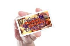 Agradecimentos da terra arrendada da mão que dão o cartão ou que cumprimentam Imagem de Stock