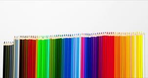 Agrafe animée des crayons colorés - s'ajoutant, se relevant et ensemble multicolore de rétrécissement dans la rangée banque de vidéos