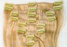 Agrafe blonde dans des prolongements de cheveux - image courante photo stock