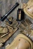 Agrafe de carabine, munitions, gants et mensonges de volet sur un fond Photos libres de droits