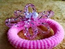 Agrafe de cheveux rose avec la conception de fleurs Photographie stock