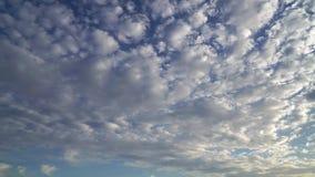 Agrafe de laps de temps des nuages pelucheux blancs au-dessus du ciel bleu banque de vidéos